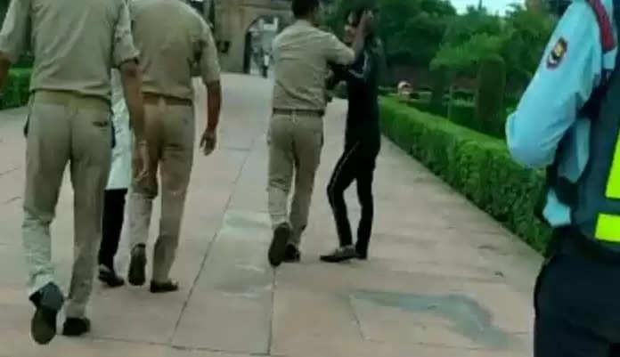 Amroha Today News :महिला सिपाही को सड़क छाप रोमियो को टोकना पड़ा मंहगा, भरे बाजार में युवक ने कर दिया ये कांड