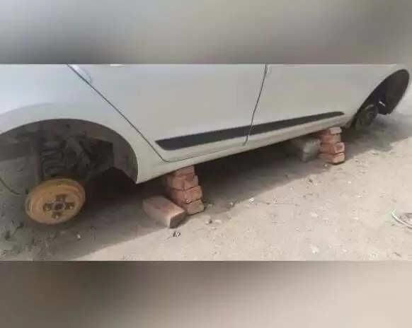 Fatehabad News :हरियाणा में अनोखी चोरी, गाड़ी के टायर निकाल ईंटों पर खड़ी कर गए चोर