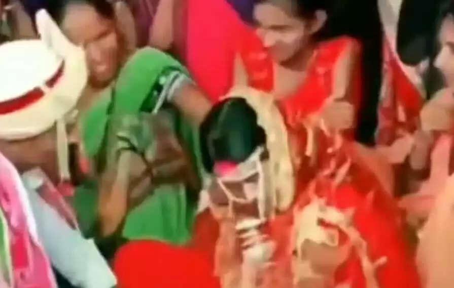 Marriage Video Viral :शादी की रस्मों के बीच दूल्हा-दुल्हन ने किया कुछ ऐसा, देखकर लोग रह गए दंग, देखिये वीडियो