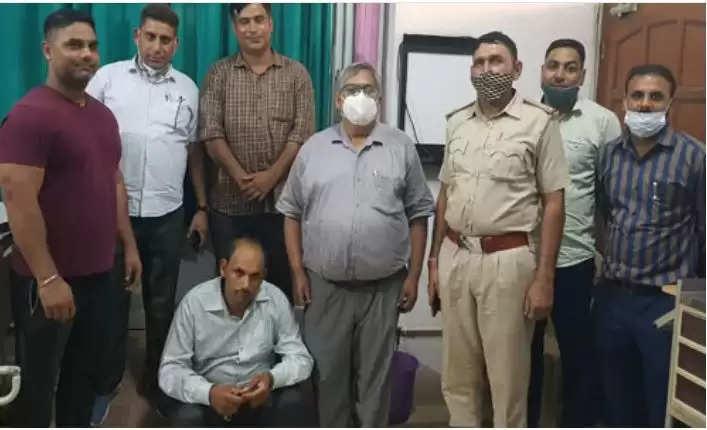Mahendragarh News :  स्वास्थ्य विभाग का हेल्थ केयर सेंटर पर छापा, लिंग जांच कराने वाला क्लीनिक संचालक गिरफ्तार