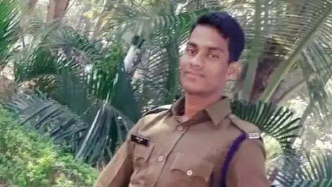 Balod Police Suicide News : पत्नी की मौत के बाद संस्कार के समय पुलिसकर्मी ने उठाया ये कदम, लोगों के उड़ गए होश