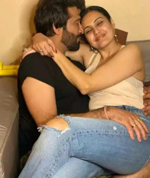 Kamya Punjabi Hot Photos : काम्या पंजाबी ने अपने पति को किया लिपलॉक, सोशल मीडिया पर फोटो हो रही वायरल