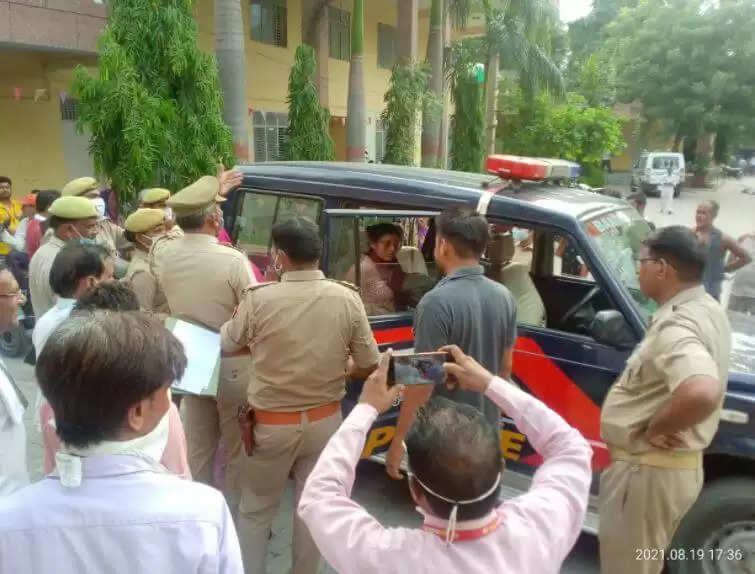 Shalini Patel Arrest News : राष्ट्रगान के अपमान मामले में कार्रवाई की मांग करने वाली महिला हुई गिरफ्तार, जानिये ये बड़ी वजह
