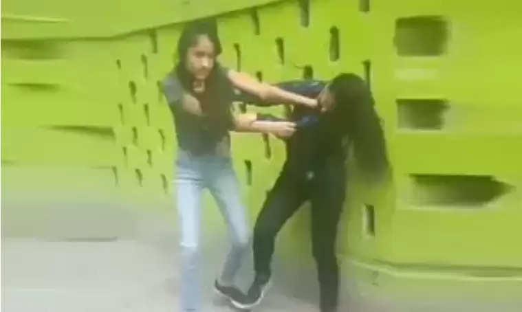 Social Media Girl Video : इस बात को लेकर लड़कियों में चले लात-घूसे, सोशल मीडिया पर वायरल हुआ वीडियो