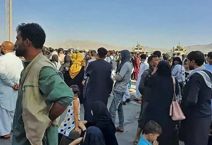 Afganistan Latest News : काबुल से निकलने के लिए विमान के पहिए पर लटके लोग, उंचाई से तीन लोग गिरे, देखिये ये वीडियो