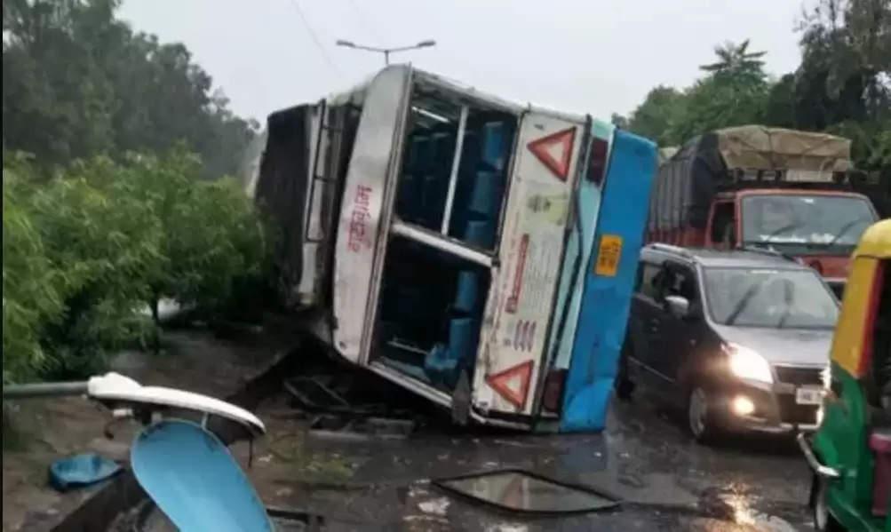 Haryana Roadways Bus Accident : हरियाणा रोडवेज की बस पलटी, चालक समेत कई यात्रियों को आई चोटें, तेज बताई जा रही है स्पीड