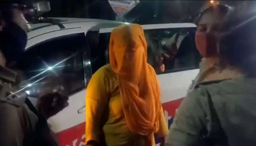Karnal Spa Center Breaking : रिहायशी इलाके में रात को स्पा में शटर बंद के पीछे होता था गंदा काम, एक लड़की के साथ चार लड़के गिरफ्तार