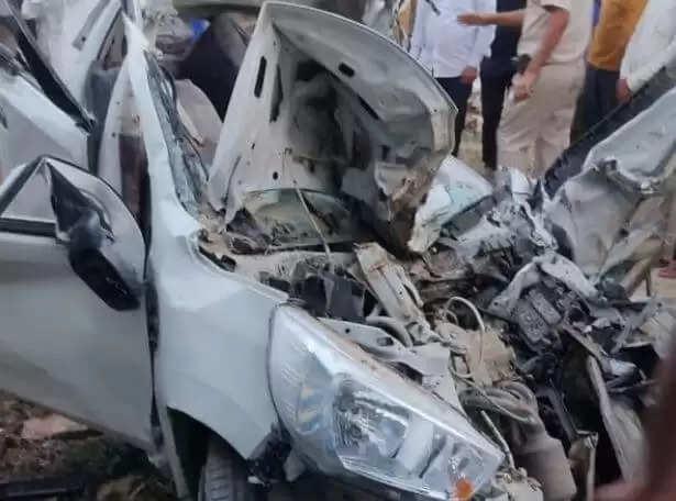 कार और बस की हुई जबरदस्त टक्कर, मौके पर चार लोगों की मौत, मृतक का एक दिन पहले था जन्मदिन
