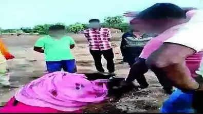 Gujarat News : दो नाबालिग लड़कियों को फोन पर किसी से बात करना पड़ा महंगा, 15 लोगों ने मिलकर उठाया ये खौफनाक कदम